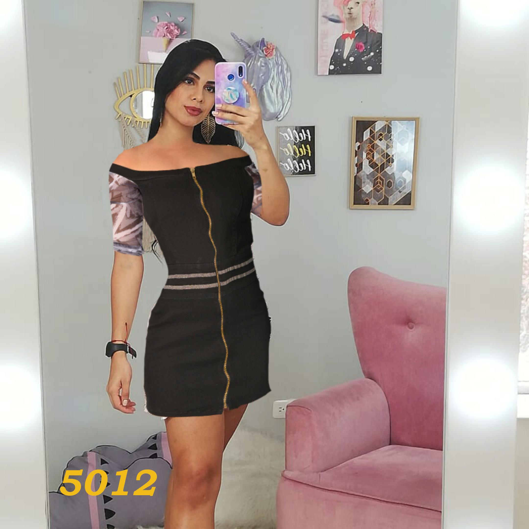Colombian black Jean dress, with front zip, half-leg skirt style, with decorative opening on one leg. Sleeves up to the forearm with floral decoration.