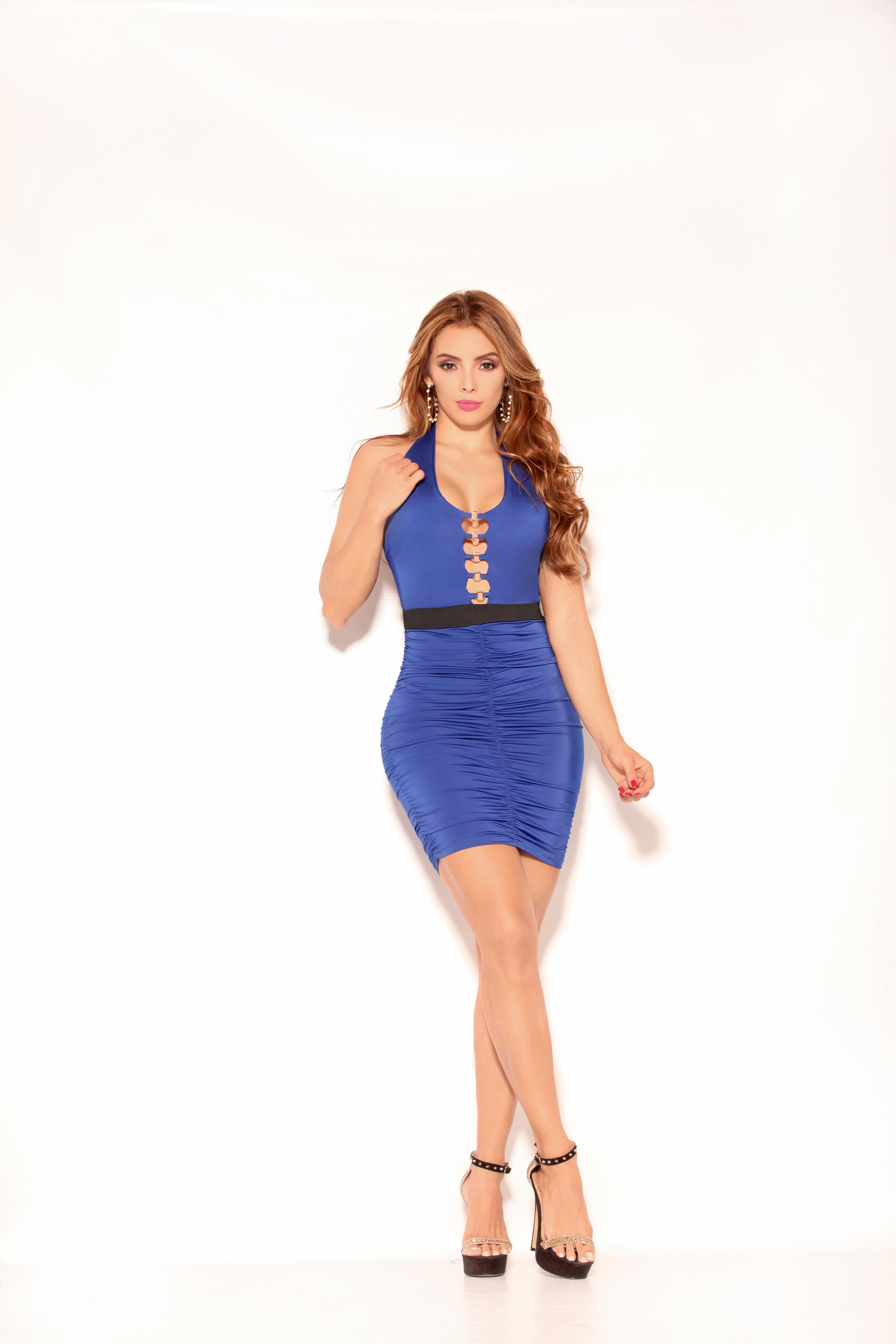 Fantástico Vestido Colombiano Con Hermoso Diseño Espalda Descubierta y detalle en el escote. Marca CEREZA