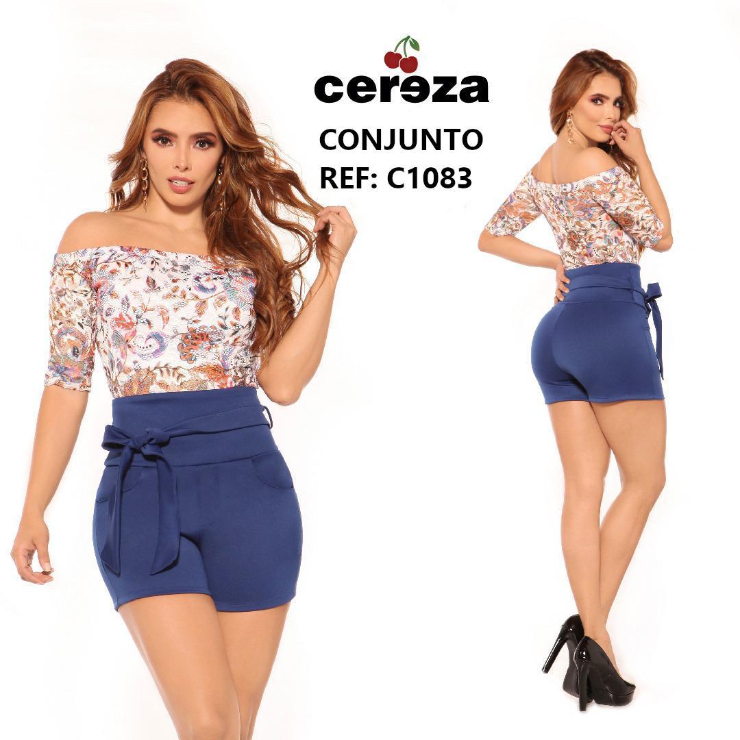 Conjunto de Short color Azul con cinturón decorativo y pretina alta con blusa hombros desnudos con estampado floral. marca CEREZA