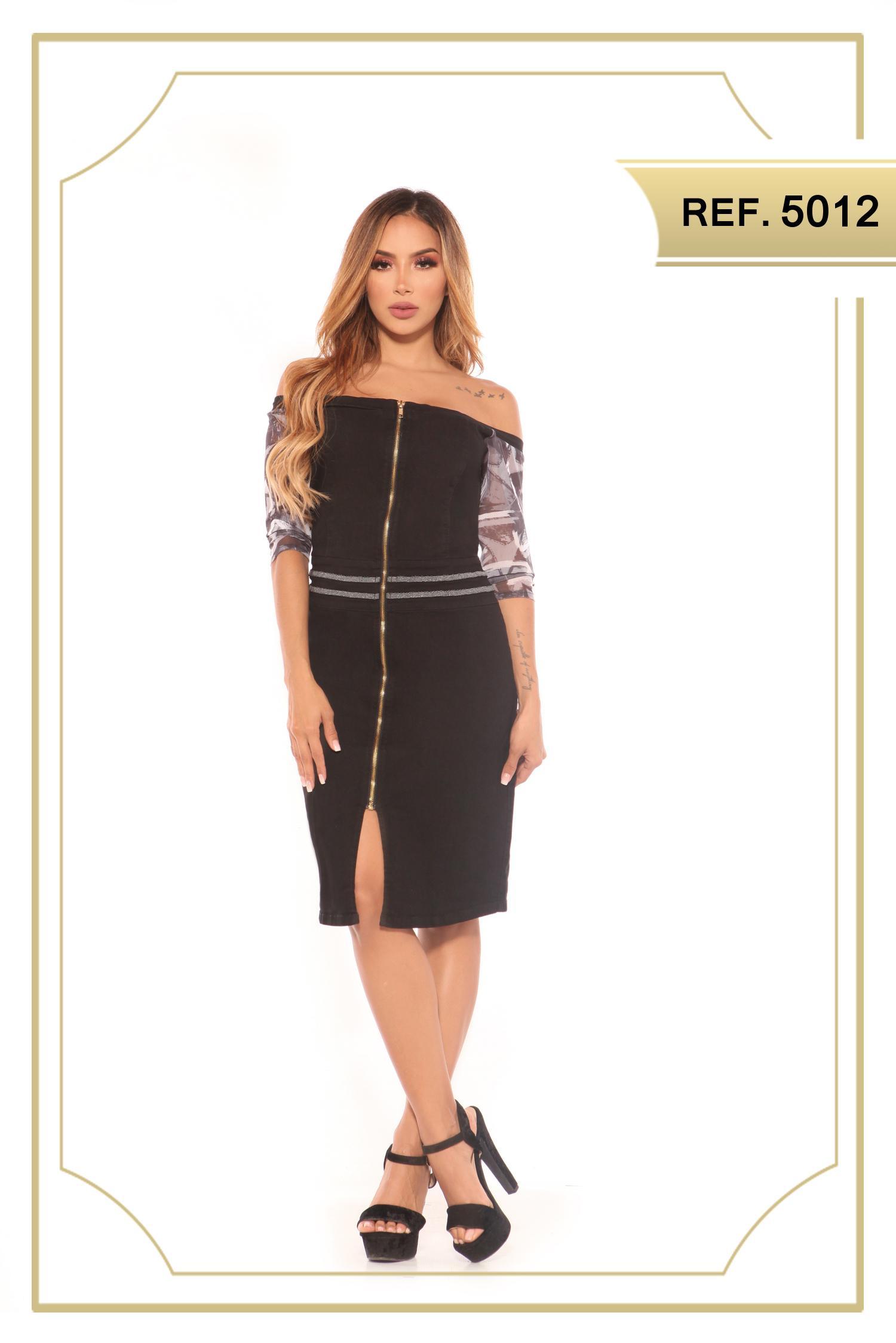 Vestido Colombiano de Jean color negro, con cremallera frontal, estilo falda de media pierna, con apertura decorativo en una pierna. Mangas hasta el antebrazo con decorado floral.
