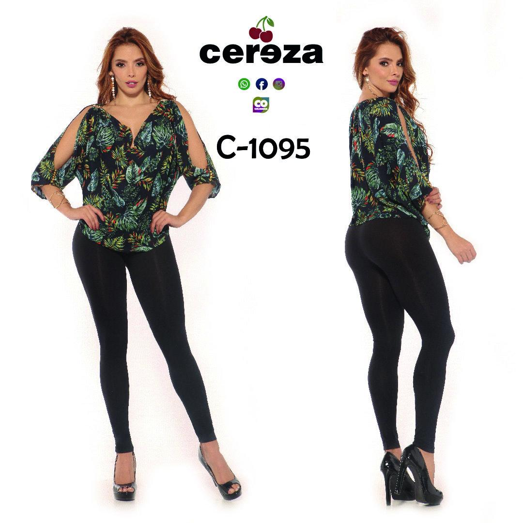 Blusa con Estampado Wild y Mangas Largas con Abertura, Diseño Exclusivo Colombiano de Moda