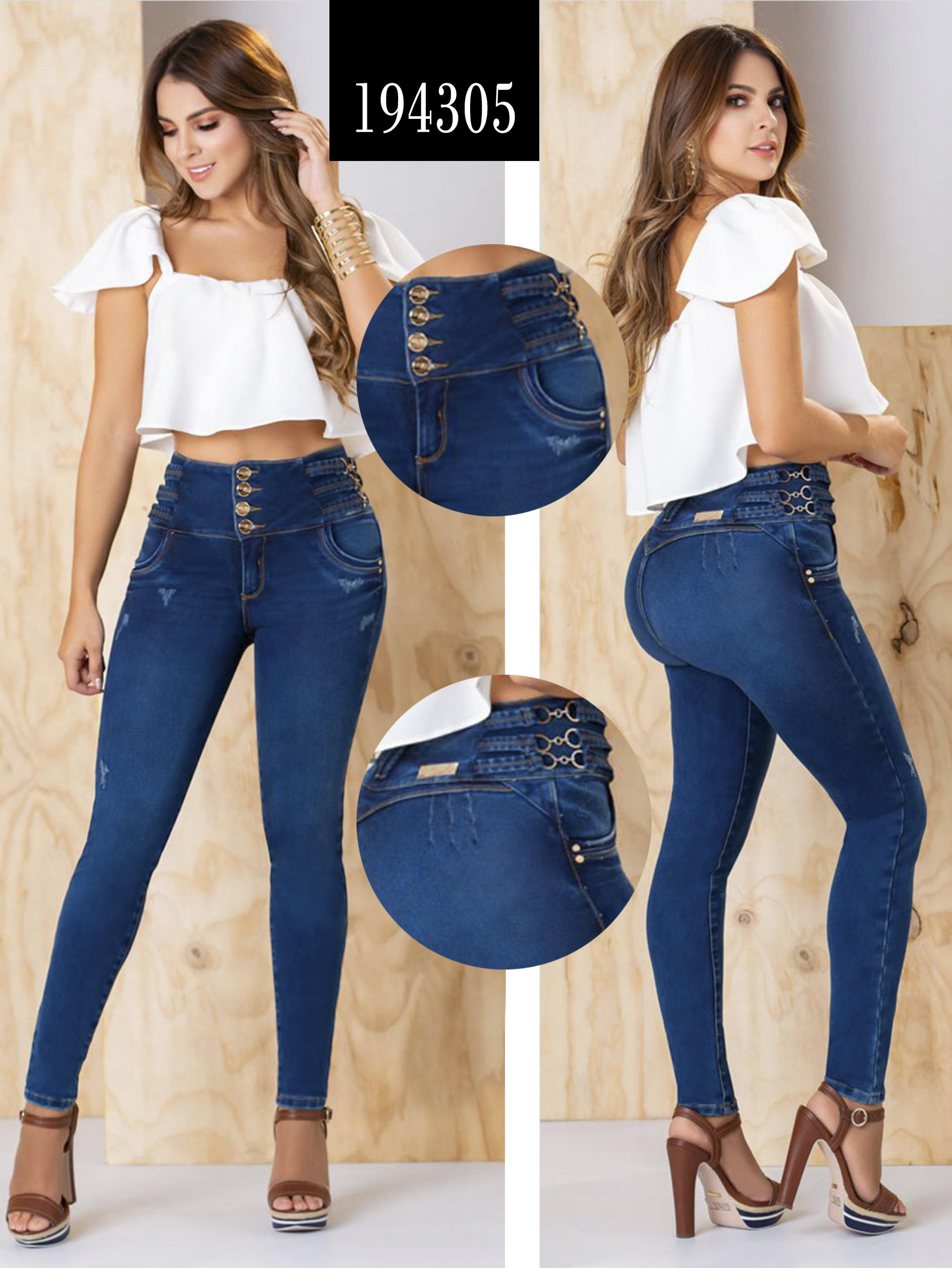 Pantalón de Dama Estilo Vaquero, sin bolsillos con estilo push up y control de Cintura con pretina ancha de 4 botones.